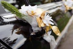 Puerta del coche negro de la boda con las flores Imágenes de archivo libres de regalías