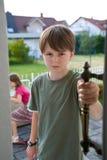 Puerta del conflicto de la rivalidad de hermano del muchacho Imágenes de archivo libres de regalías