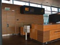 Puerta del contador de enregistramiento de los vuelos del aeropuerto Fotos de archivo libres de regalías