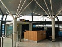Puerta del contador de enregistramiento del aeropuerto Imagenes de archivo