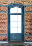 puerta del De madera-metal en una pared de ladrillo imágenes de archivo libres de regalías