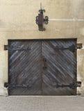 Puerta del departamento antiguo (o garage) en Riga Imagenes de archivo