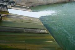 Puerta del drenaje de la irrigación de la presa Imagenes de archivo