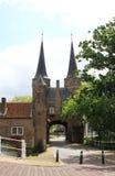 Puerta del este en la cerámica de Delft histórica de la ciudad, Holanda Foto de archivo