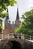 Puerta del este en la ciudad histórica de la cerámica de Delft, Holanda Fotografía de archivo