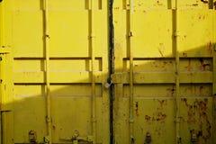 Puerta del fondo amarillo de la caja del contenedor para mercancías. Tiro horizontal. Imágenes de archivo libres de regalías