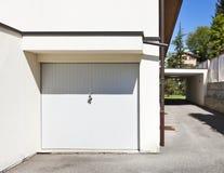 Puerta del garage cerrada Fotos de archivo libres de regalías