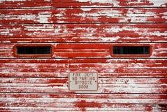 Puerta del garage de la vendimia con la pintura del rojo de la peladura Imágenes de archivo libres de regalías