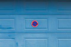Puerta del garaje con el panel en francés Fotos de archivo