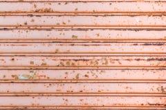 Puerta del garaje con oxidado Foto de archivo libre de regalías