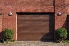 Puerta del garaje en pared de ladrillo Fotos de archivo