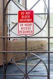 Puerta del hierro con la advertencia No bloquee Fotografía de archivo libre de regalías