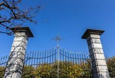 Puerta del hierro con la cruz Foto de archivo