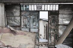 Puerta del hierro de un edificio abandonado Fotos de archivo