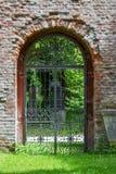 Puerta del hierro en pared de ladrillo foto de archivo