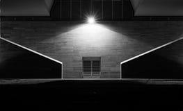 Puerta del hierro en un callejón oscuro Foto de archivo libre de regalías