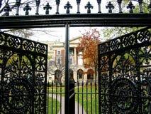 Puerta del hierro labrado imagenes de archivo