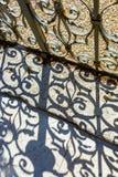 Puerta del hierro labrado al jardín imagenes de archivo