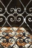 Puerta del hierro labrado en Venecia, Italia. Imagen de archivo
