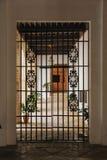 Puerta del hierro que lleva al balcón imagen de archivo libre de regalías