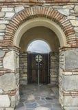 Puerta del ladrillo, del arco y de madera Fotografía de archivo libre de regalías