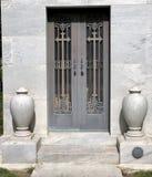 Puerta del mausoleo imagenes de archivo