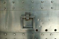 Puerta del metal con la maneta Imagenes de archivo