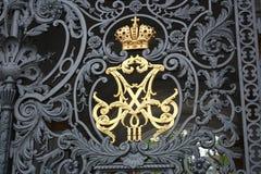 puerta del metal con los modelos y una corona en la puerta del palacio en Petersburgo imágenes de archivo libres de regalías