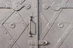 Puerta del metal con una manija imagen de archivo libre de regalías