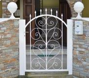 Puerta del metal de la casa privada imagenes de archivo