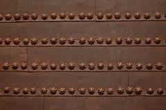 Puerta del metal de Rustye adornada con las flores abstractas Imagenes de archivo