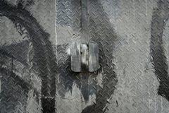 Puerta del metal de una puerta de fábrica industrial imagen de archivo