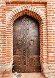 Puerta del metal del vintage del edificio histórico con las paredes de ladrillo Imagenes de archivo
