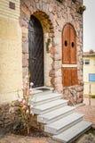 Puerta del metal en una pared de piedra Foto de archivo