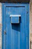 Puerta del metal oxidada con el buzón Fotografía de archivo