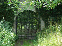 puerta del monasterio Imagenes de archivo