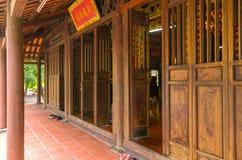 Puerta del monasterio de la arquitectura con la estructura de puerta clasificada Foto de archivo