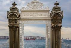 Puerta del palacio de Dolmabahce que lleva al Bosphorus Imágenes de archivo libres de regalías