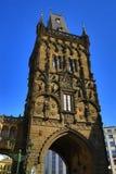 Puerta del polvo, edificios viejos, Praga, República Checa Foto de archivo libre de regalías