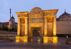 Puerta del Puente i skymning cordoba spain Royaltyfri Foto