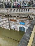 Puerta del retrete público debajo de las aguas de inundación en los bancos del Sena, París, Francia imagenes de archivo
