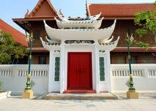 Puerta del rojo del templo Foto de archivo libre de regalías