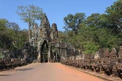 Puerta del sur, entrada a Angkor Thom Fotos de archivo libres de regalías