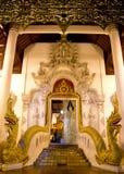 Puerta del templo budista con las dos cabezas 2 del Naga Imagenes de archivo