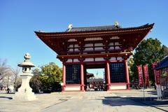Puerta del templo de Japón Osaka Shitennoji en un día soleado foto de archivo libre de regalías