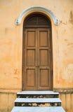 Puerta del vintage con la pared amarilla vieja Imagen de archivo