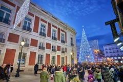 Puerta Del Zol kwadrat Madryt iluminował bożonarodzeniowe światła obraz stock
