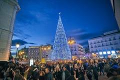 Puerta Del Zol kwadrat Madryt iluminował bożonarodzeniowe światła obrazy stock