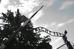 Puerta delantera de Auschwitz foto de archivo