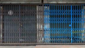 Puerta deslizante de la parrilla del metal Fotos de archivo